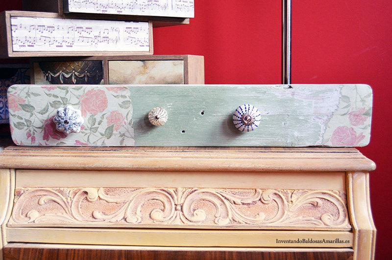 colgador vintage decorado con papel