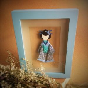 Geisha origami en un cuadro para el recuerdo.
