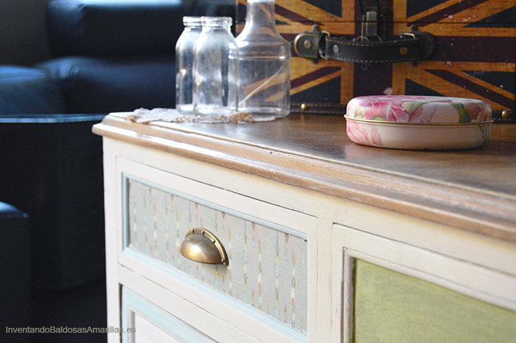 mueble madera decorado con papel