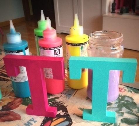 primera-mano-pintar-letras-de-madera-pinceles-y-grapas