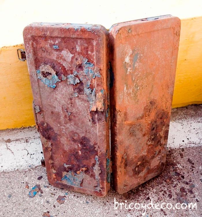caja metálica oxidada