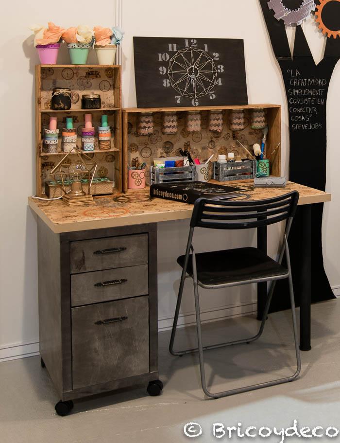 escritorio estilo industrial con materiales reciclados