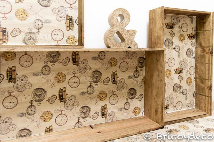 cajas de madera recicladas en estanterías