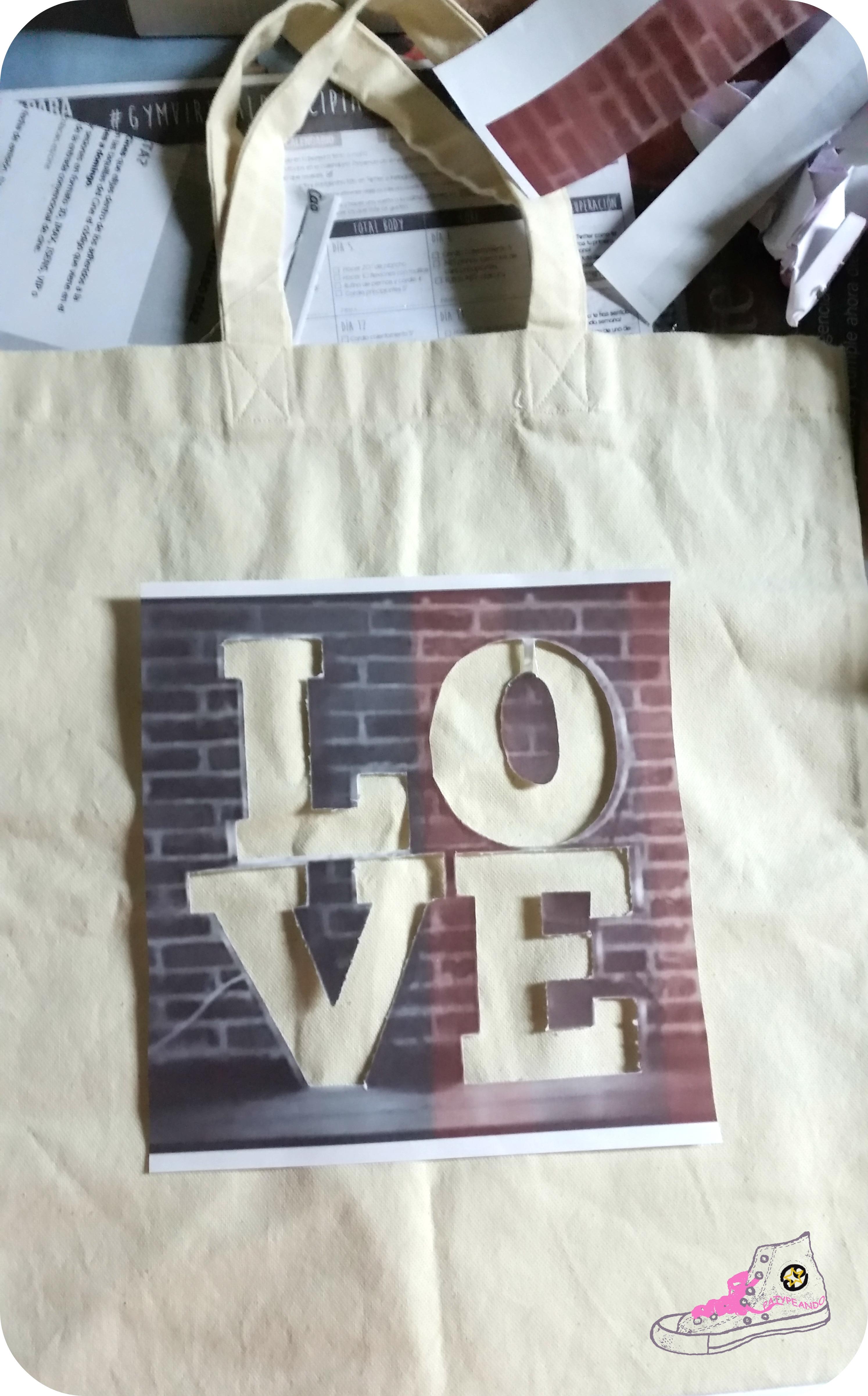 estampando tote bag con stencil casero