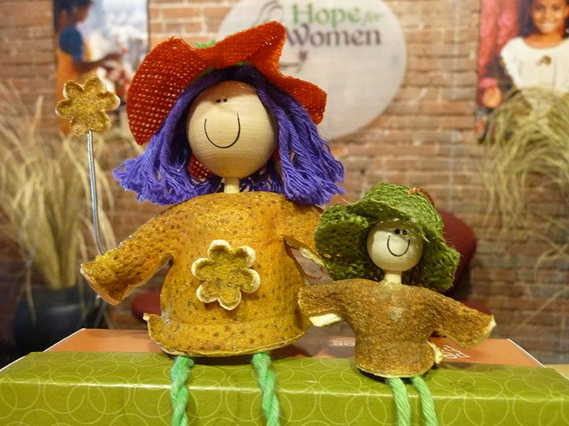 muñecas reciclando pieles de naranja