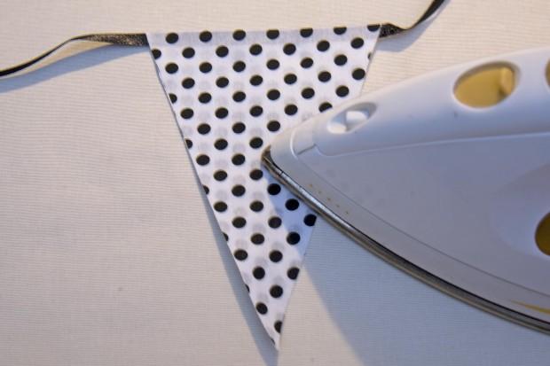 planchando la tela adhesiva para hacer una guirnalda