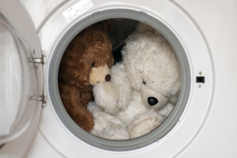 Lavando osos de peluche