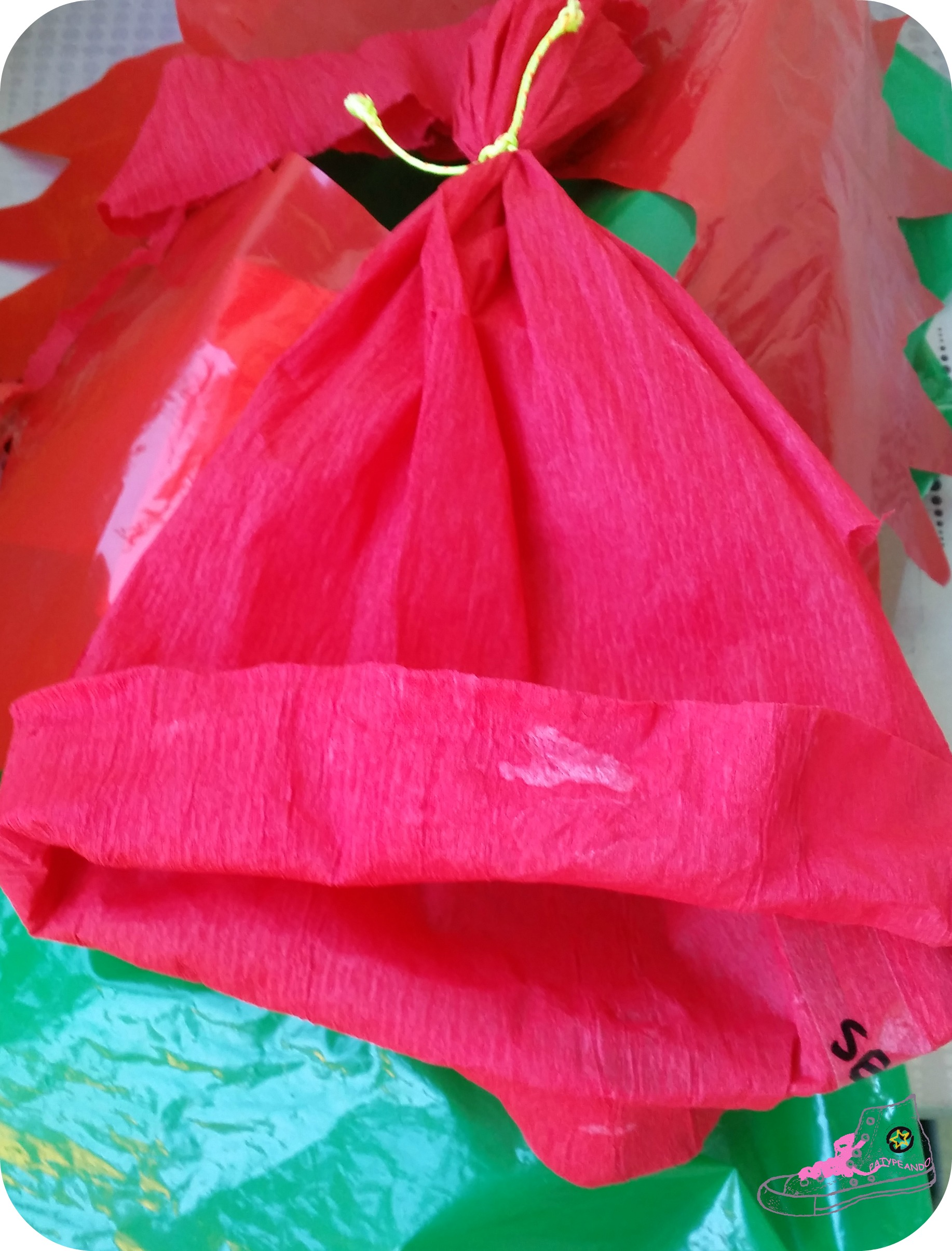 disfraz de duende del bosque con bolsas de basura