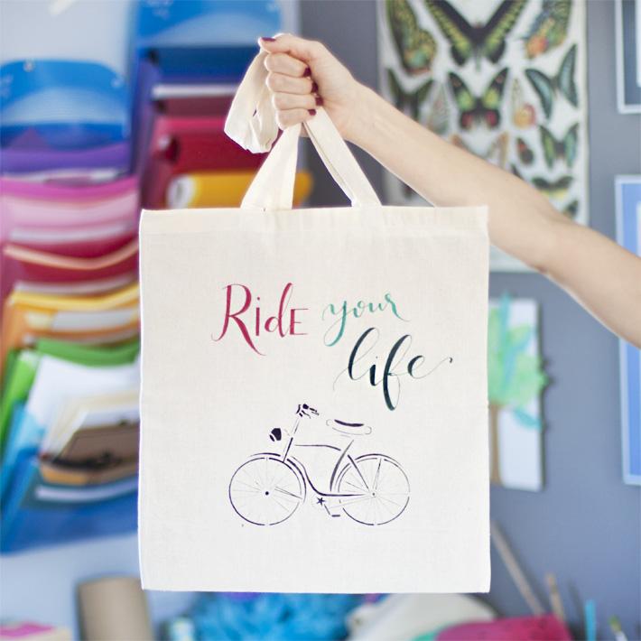 Bolsa de tela decorada con lettering y stencil de bicicleta