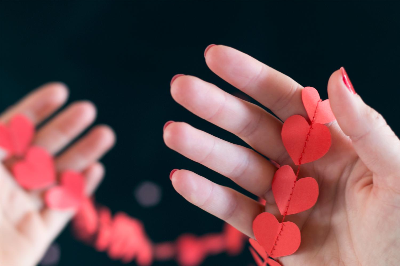 guirnalda de corazones de papel cosidos