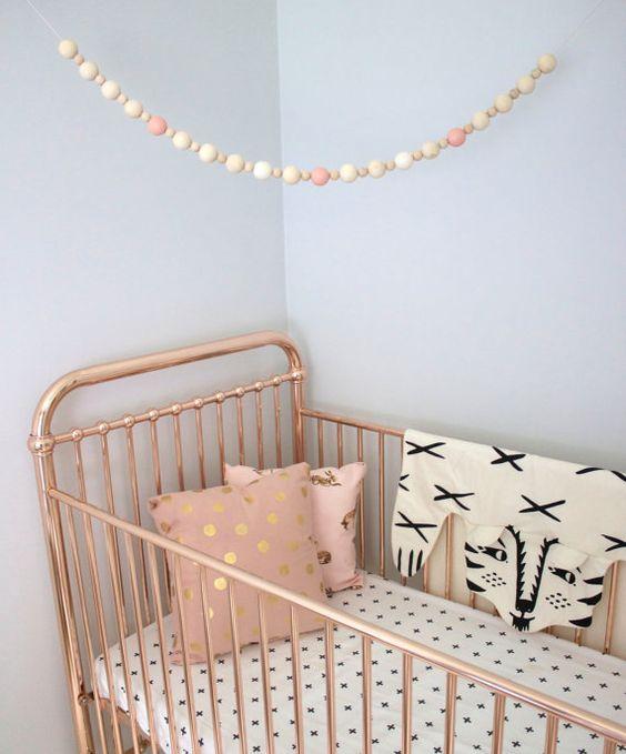 Guirnalda dormitorio infantil con bolas de madera
