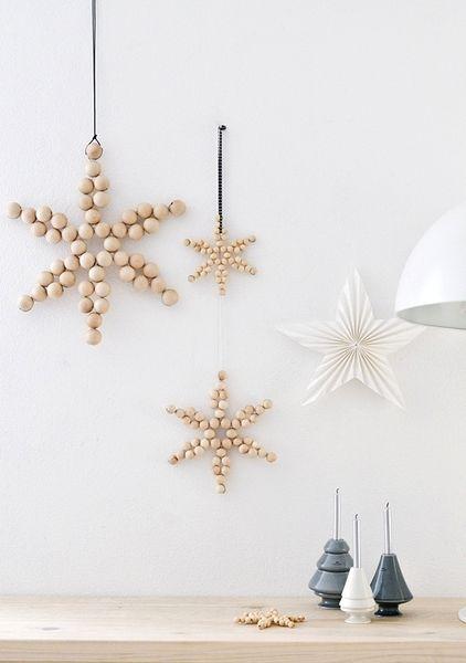 Detalles de estrellas hechos con bolas de madera