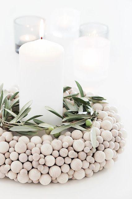 Centro de mesa hecho con bolas de madera