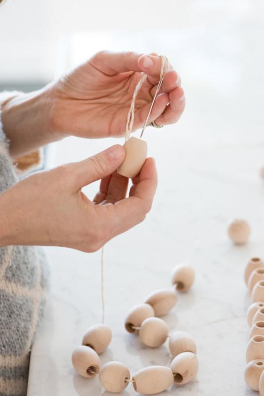 Paso a paso para construir guirnalda con bolas de madera