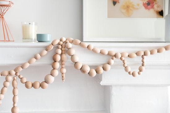 Detalle de la guirnalda con bolas de madera