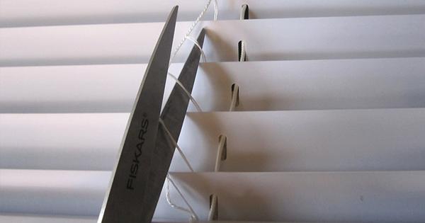 Estores DIY - Cortar la cuerda que los coloca en escalera
