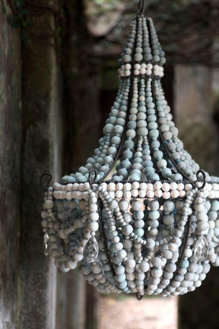 Lámpara de techo de hierro y bolas de madera