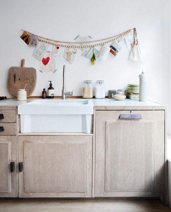 Guirnalda de bolas de madera para decorar una cocina