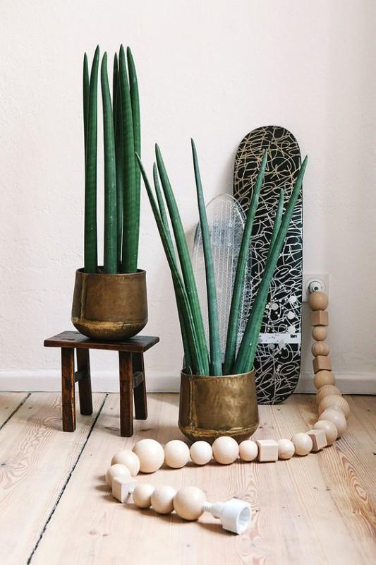 Cable decorado con formas y bolas de madera