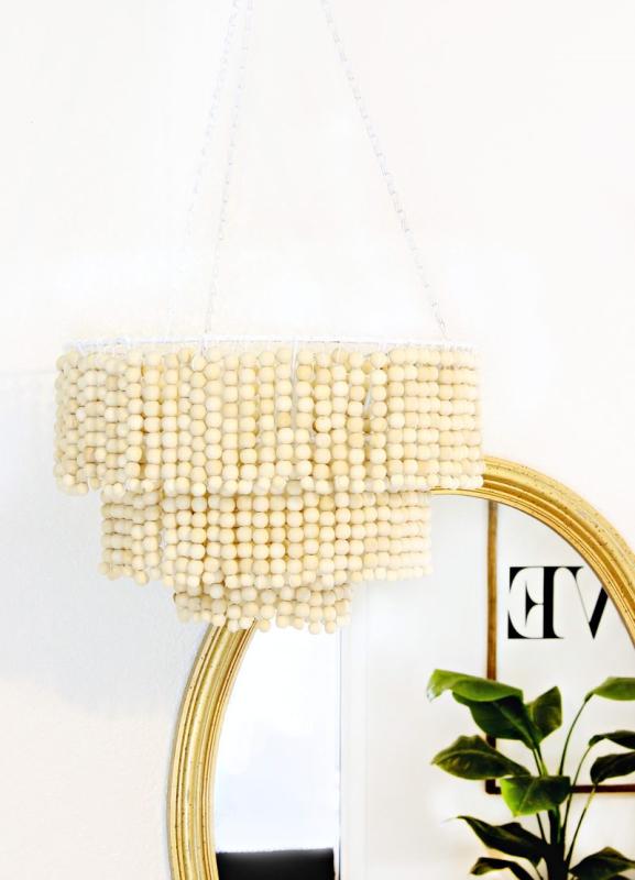 Lámpara con bolas de madera