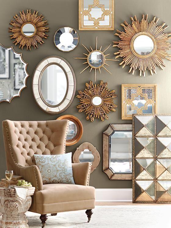 Composición de espejos dorados para decorar una pared