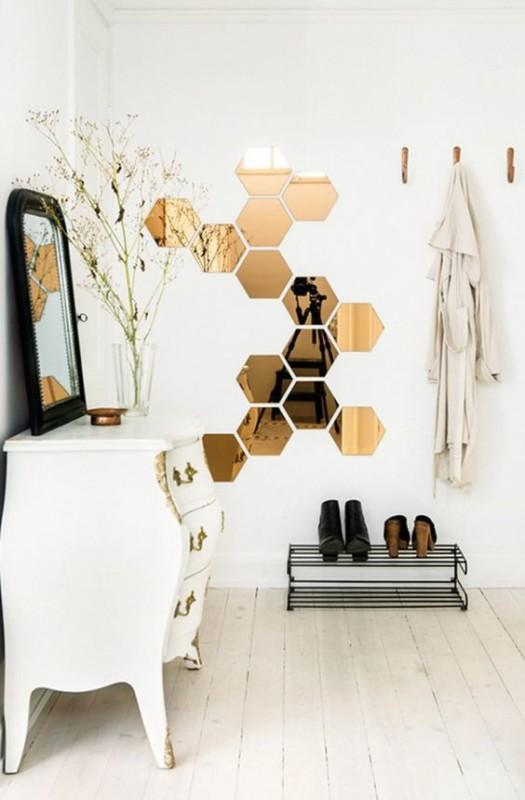 Recibidor blanco decorado con espejos de cristal color oro