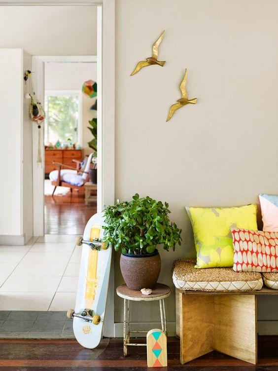 Salón con detalles en la pared decorados con oro