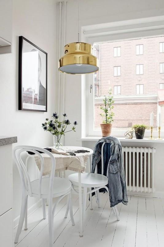 Zona office cocina con lámpara acabado oro