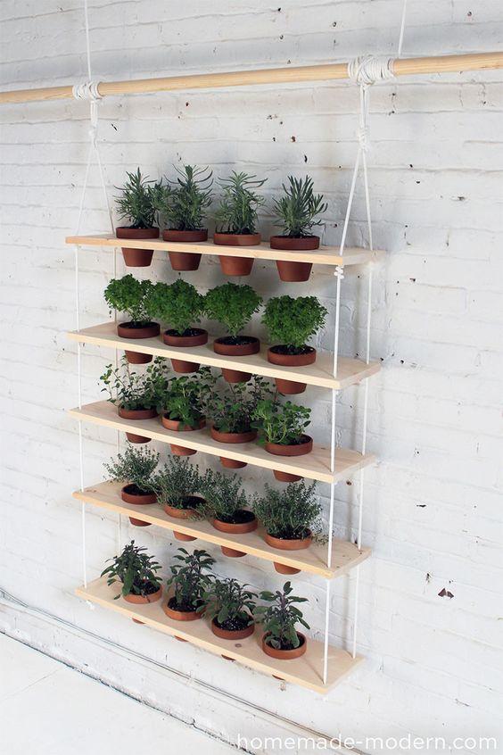 Construción de una zona verde con estantes de madera, cordeles y macetas
