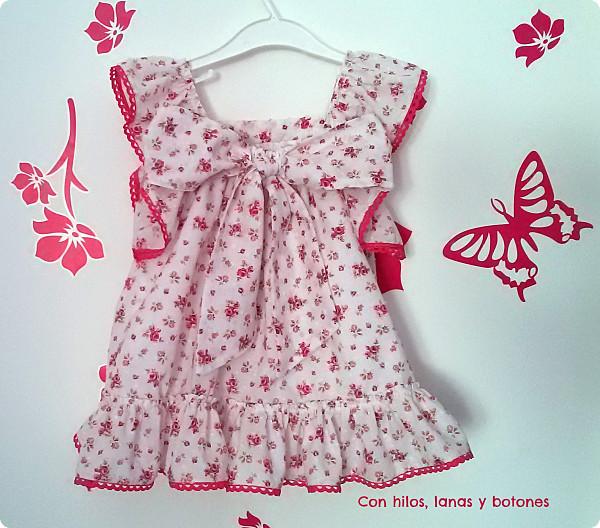 Con hilos, lanas y botones: vestido de plumeti rosas mini para niña
