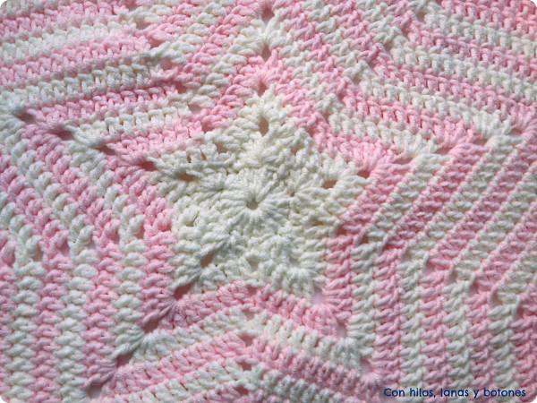 Con hilos, lanas y botones: manta de apego con amigurumi