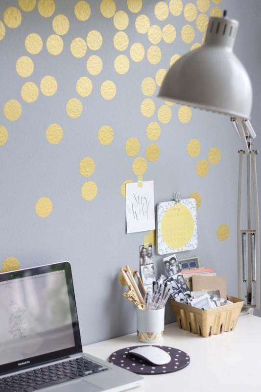 Espacio trabajo con papel pintado decorado con oro