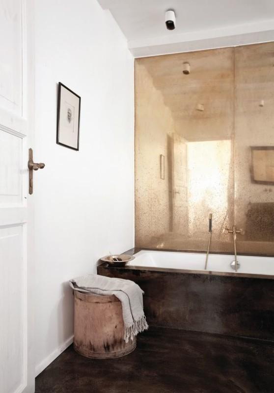 Baño con pared decorada con oro