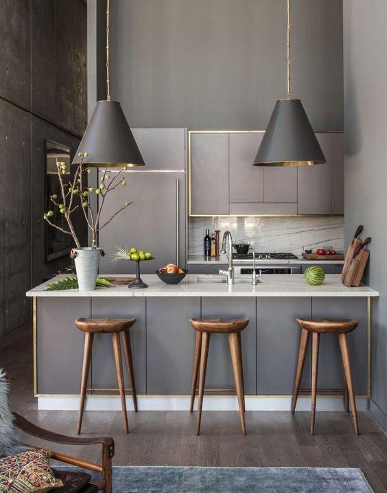 Cocina y espacio office decorado en gris y ribetes en oro