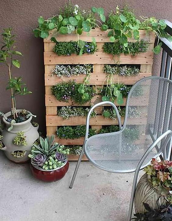 Palet reutilizado para crear una zona verde exterior