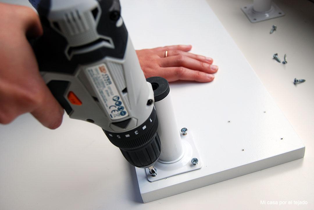 04-Elevador-de-monitor-DIY-atornilla-patas
