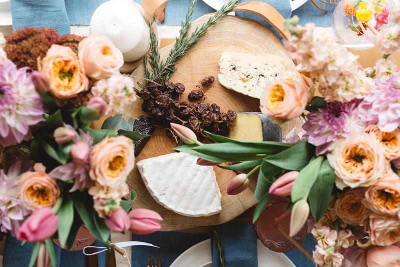 Detalle comida y decoración mesa para una fiesta