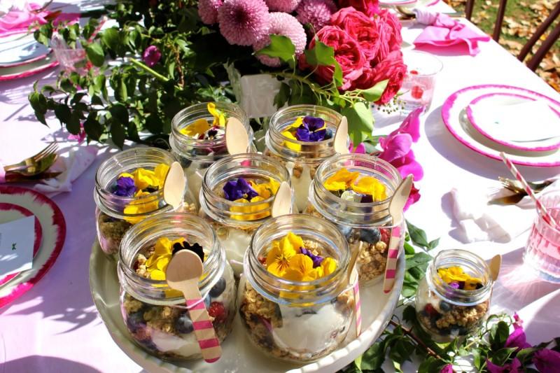 Detalle comida y decoración para una fiesta en primavera