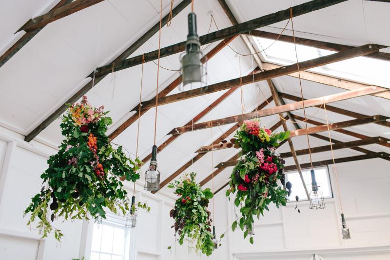 Detalles florales que decoran techo en una fiesta