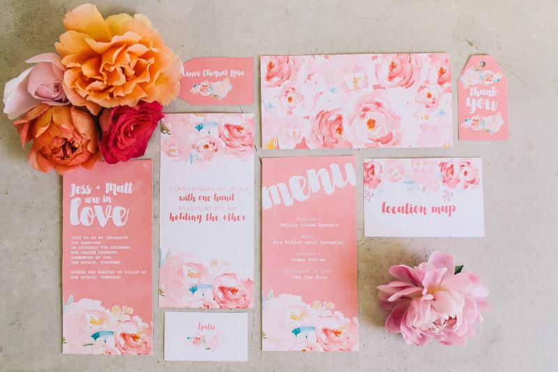 Detalle invitaciones florales para una fiesta