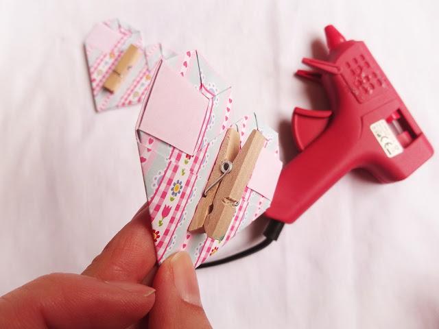 Corazones origami en pinzas