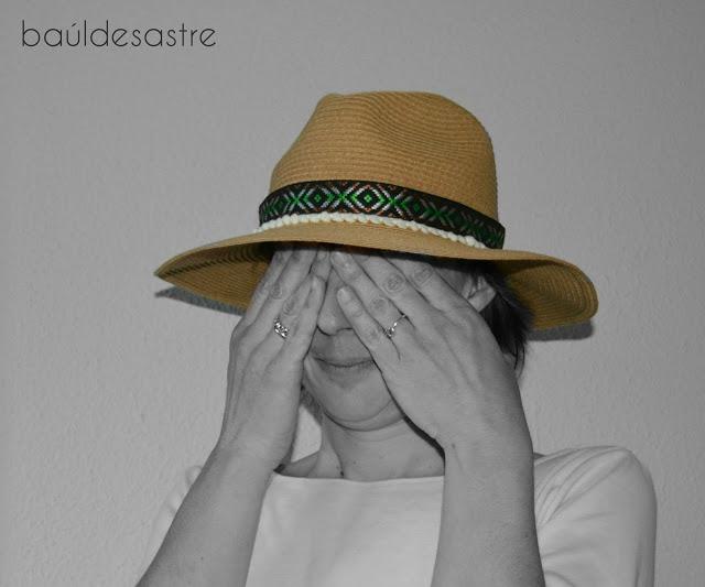 sombrero de paja con cintas étnicas