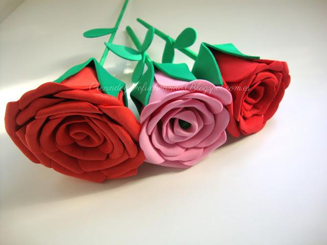 tres diferentes tamaños de rosas de goma eva