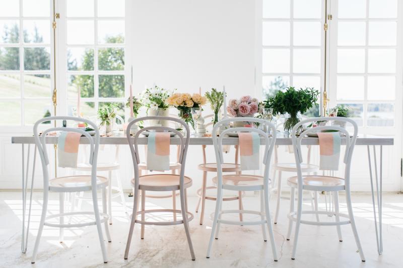 Detalle decoración mesa para una fiesta con tonalidades pastel