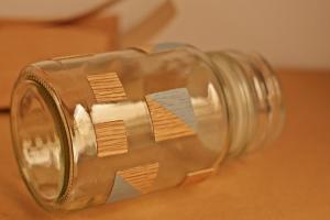 decorar un frasco con chapa de madera