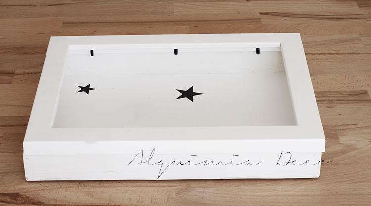 armario-pequeño-espejo-blanco-cosmeticos-conchas-maquillaje-perfume-nordico-estilo-escandinavo-estrellas-papel-pintado