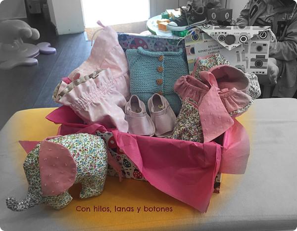 Con hilos, lanas y botones: conjunto blusa, cubrepañal, capota chaqueta para bebé