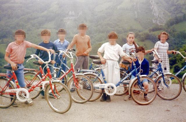 bicicleta-pintada-pintura-spray-diy-foto-grupo-niños-pueblo
