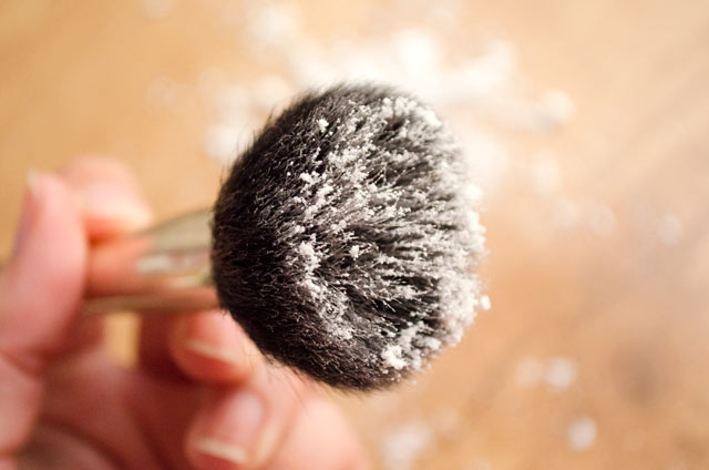 Un truco simple para aplicar el champú seco en polvo.