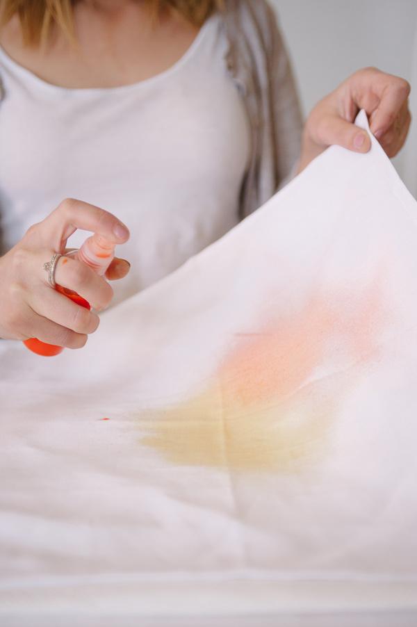3_DIY_para_decorar_una_mesa_de_verano_mezcla_de_color_en_servilletas_degradado_de_colores
